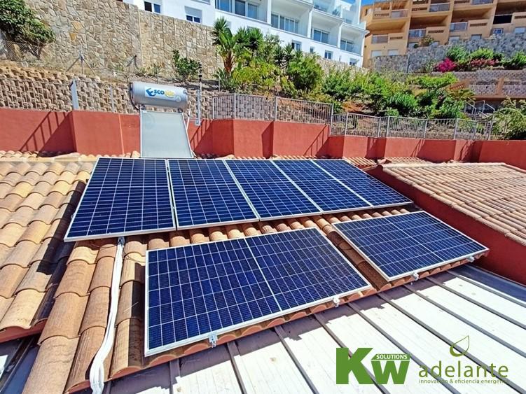 Imagen de una instalación de placas solares en una vivienda particular