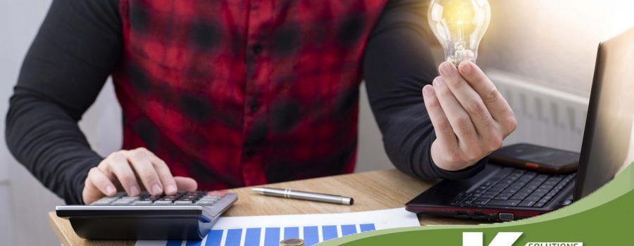 Persona haciendo cuentas sobre factura de la luz en casa