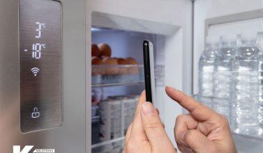 Persona regulando su frigorífico