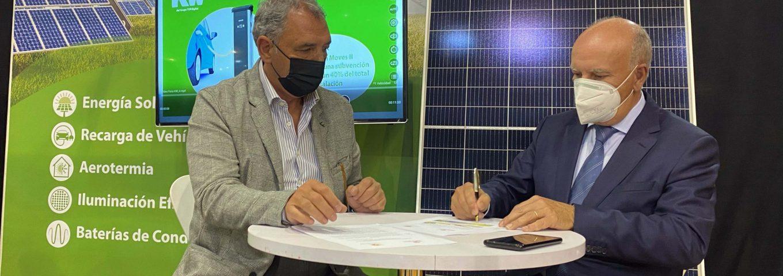 Firma del acuerdo llevada a cabo entre José María Losantos y Santiago Lucas